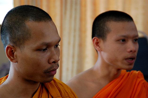 A la izquierda, el monje budista Swat y a la derecha, el novicio Thu. Ambos reciben a la expedición de periodistas en el templo Wat Sri Suphan, en Chiang Mai. Fuente: Expedición Tahina-Can 2014