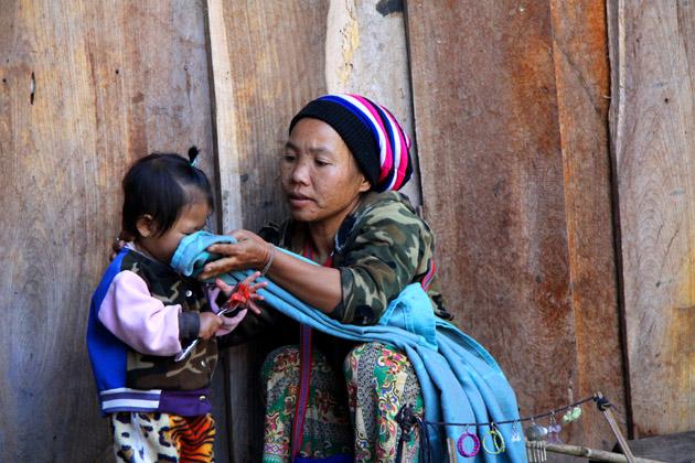 Madre e hija de la tribu Lahu en Chiang Mai, Tailandia. Fotografía: Lucía Cornejo. Texto: Margarita T. Pouso