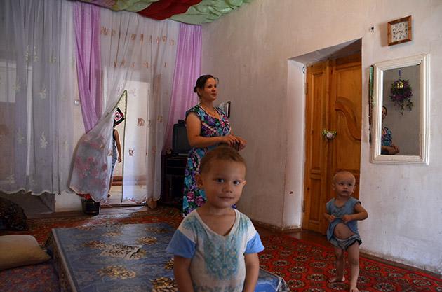 Risolat y sus hijos, Uzbekistán. Fotografía: Raül Girona. Texto: Margarita T. Pouso