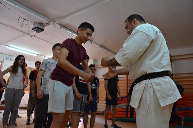 Lee Redondo y los alumnos que asistieron al taller de karate. Fuente: www.ritapouso.com